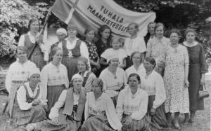 Tuhala Maanaisteselts on asutud 1927. Keskel istub, tanu peas, seltsi esinaine Salme Hinnobert. jpg