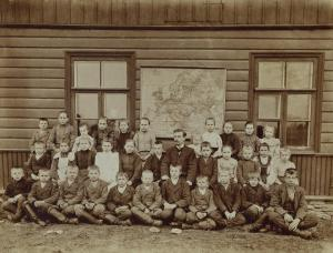 Tuhala kool 19_20 sajandi vahetuse paiku. Keskel istub Gustav Rutopõld, kes oli Tuhala koolmeister 1895 – 1905