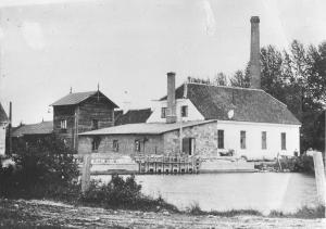 Tuhala mõisa viinavabrik, vasakul on näha nurk soojuselektrijaamast, edasi villaveski, madal maakivist maja on meierei, paremal viinavabrik